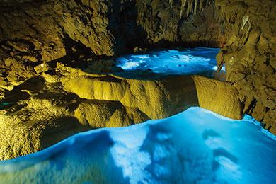 ライトアップされた鍾乳洞は幻想的で美しい風景が。