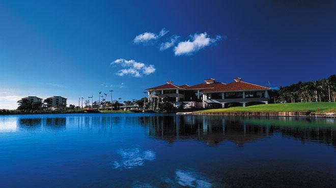 池に囲まれた、美しい緑の風景に佇むクラブハウス。