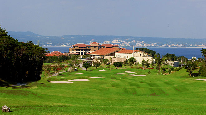 クラブハウスには宿泊施設も隣接。沖縄食材を活かしたレストランも評判。