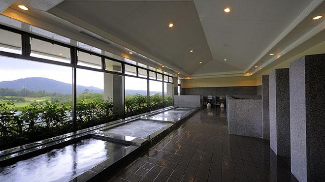 グリーンを望む男性用大展望浴室、女性用浴室は緑が美しい箱庭が印象的。