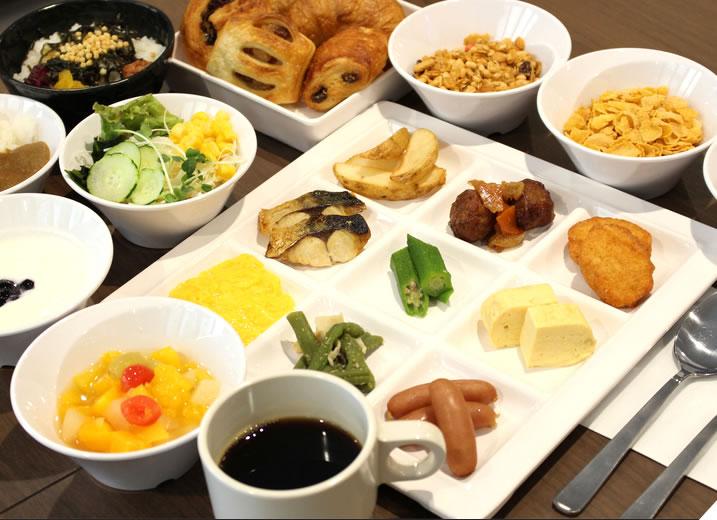 朝食は500円。焼きたてパン、京のおばんざい、惣菜等をご用意。