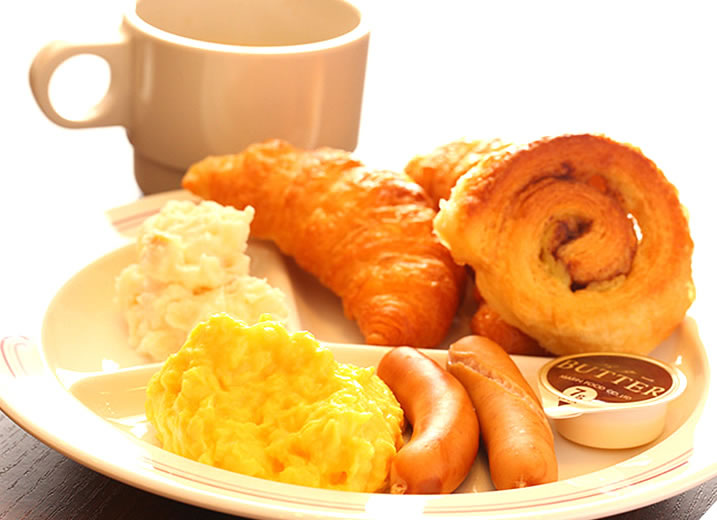 朝食は無料。焼きたてパン、卵料理やヨーグルトなどをご用意。