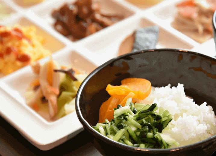 朝食は無料。焼きたてパン、京のおばんざい、惣菜等をご用意。
