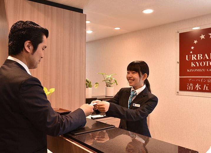 フロントは京都観光をはじめ、旅のサポートを全力でお手伝いいたします