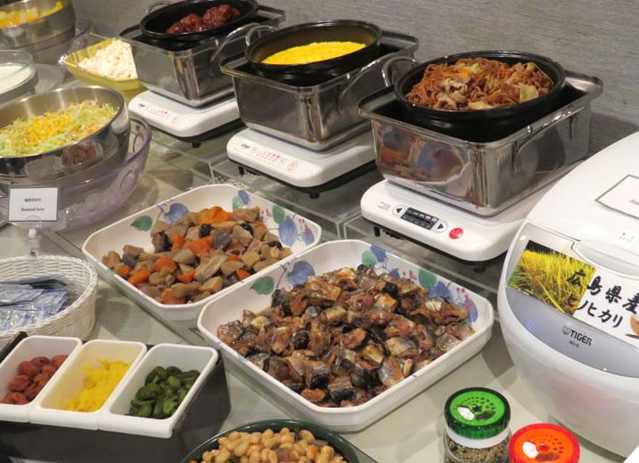 朝食は無料。ご飯とお味噌汁、サラダ、パンなどをご用意