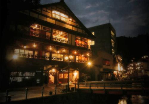 ガス灯でライトアップされた銀山温泉を見に行きたいのですが、送迎してくれる宿はありますか?