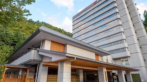 団体で鳴子温泉に行きます!8人入れる部屋がある宿はありますか?