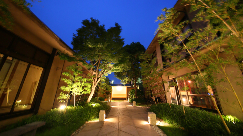 高齢の母でも安心して宿泊できるバリアフリー対策の整った石和温泉の宿はありますか?