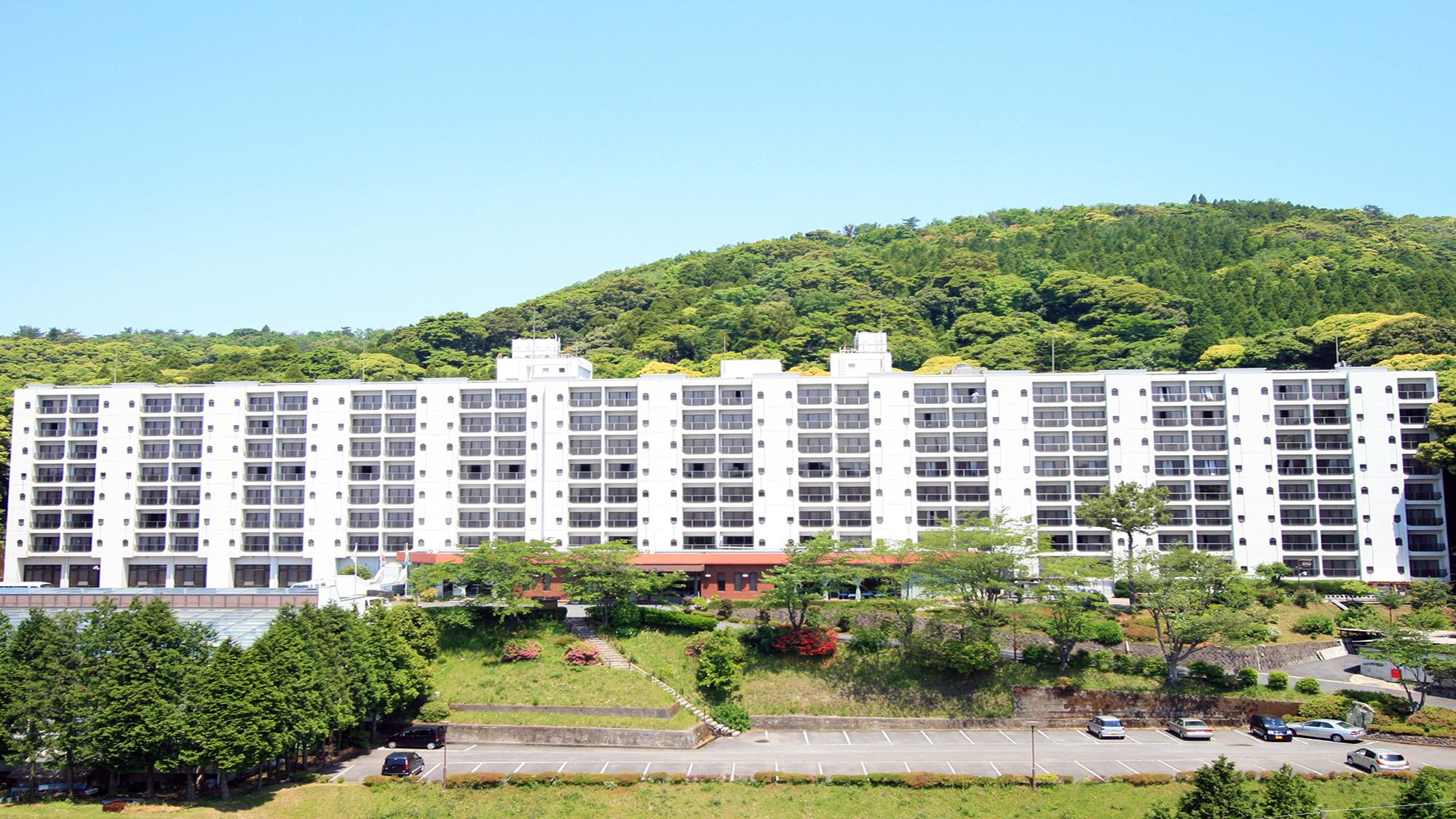 ビュッフェスタイルの食事が楽しめて、駐車場が完備されている霧島温泉のホテルを教えてください。