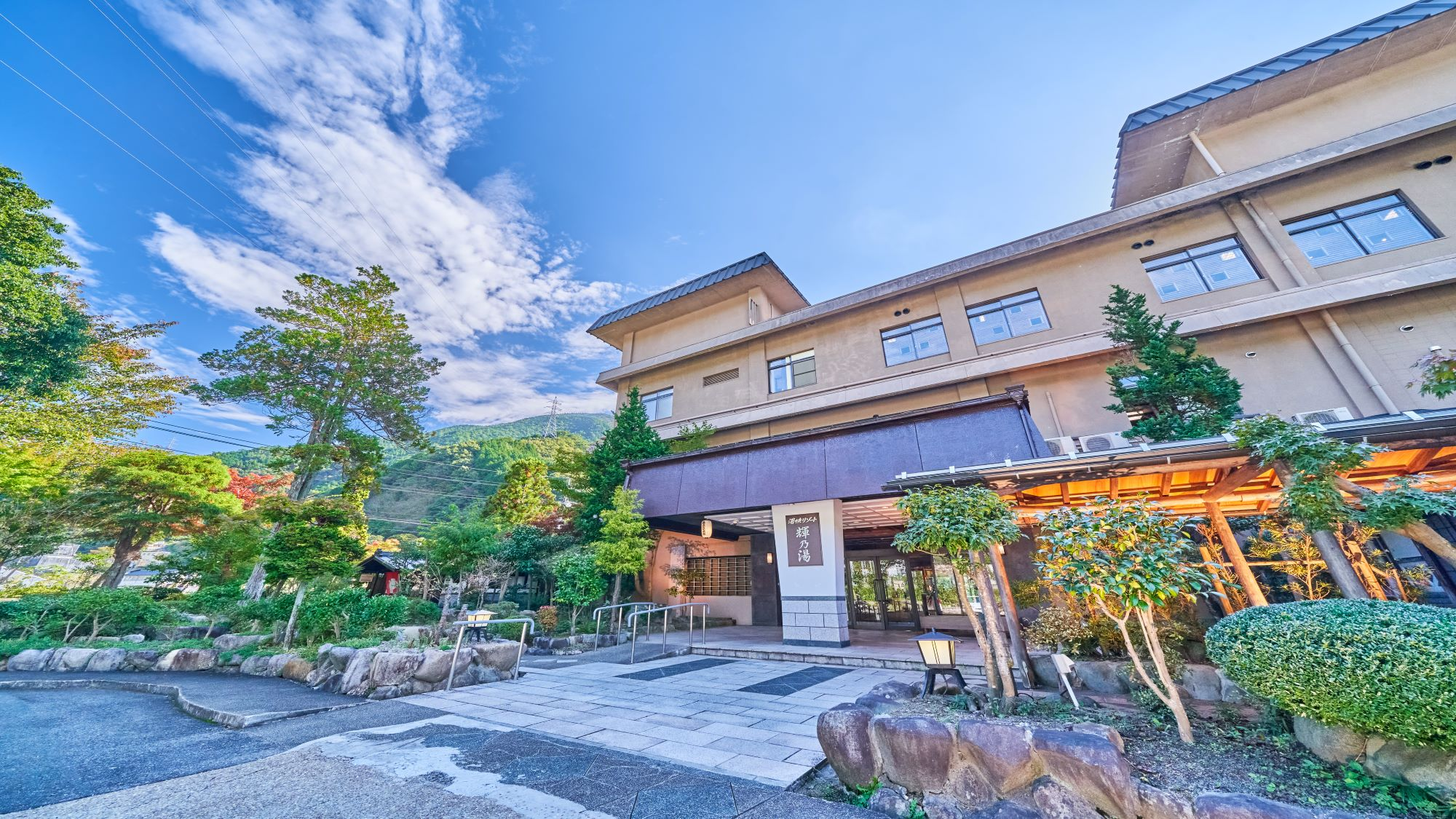 全員同じ部屋に泊まれる4人部屋のある湯原温泉の宿を教えてください!学生なので予算は2万円以内です!