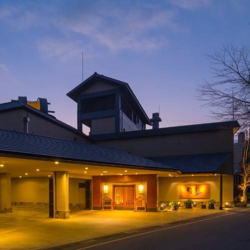 友人と黒川温泉に卒業旅行で行くことになりました。みんなで思いっきり飲んで食べてを楽しめる宿があれば教えてください。
