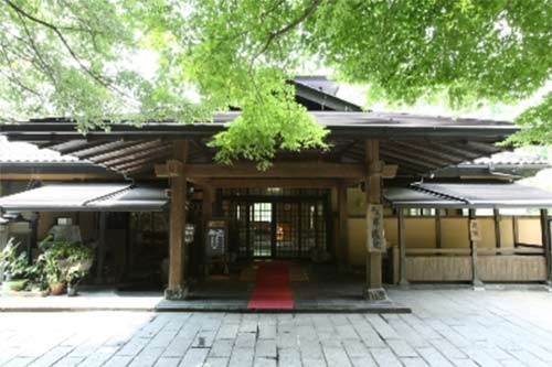 黒川温泉へ一人旅。食事を部屋だししてくれる宿はありますか?