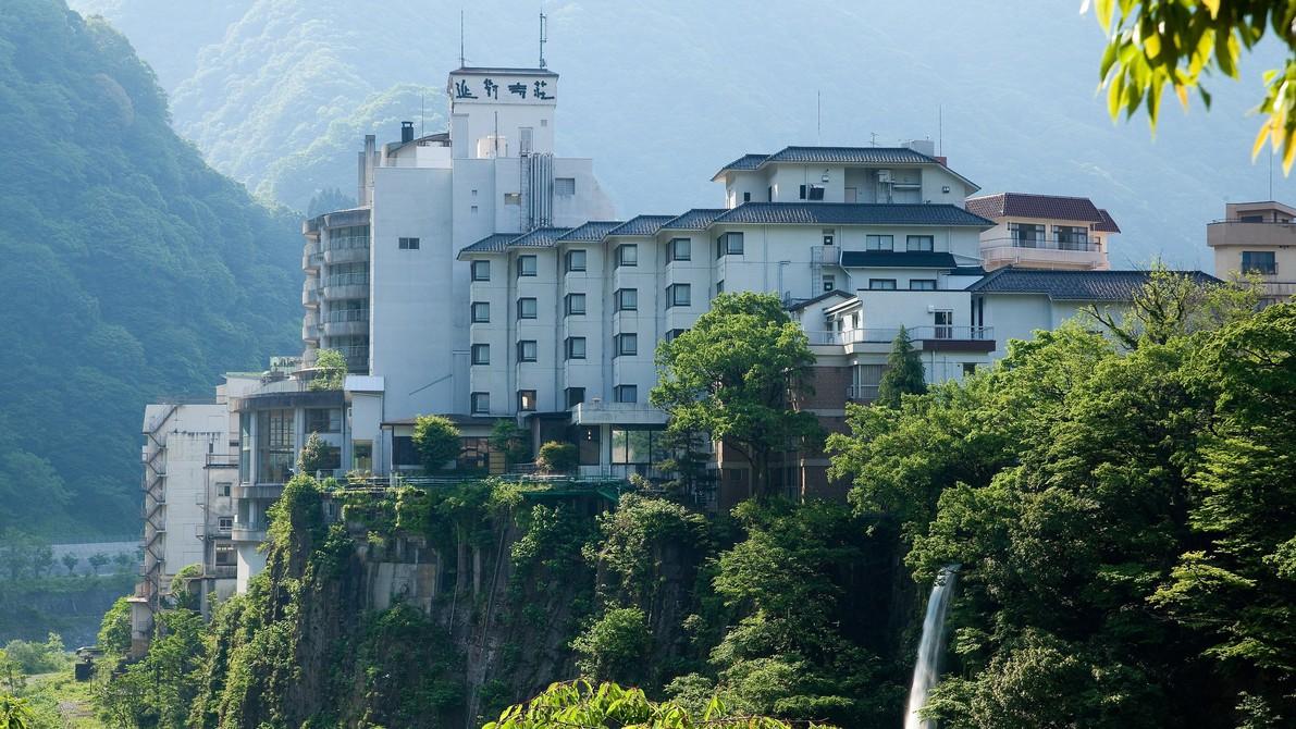 夏に宇奈月温泉へ旅行に行きます。開放的な気分になれる露天風呂がある宿はありますか?
