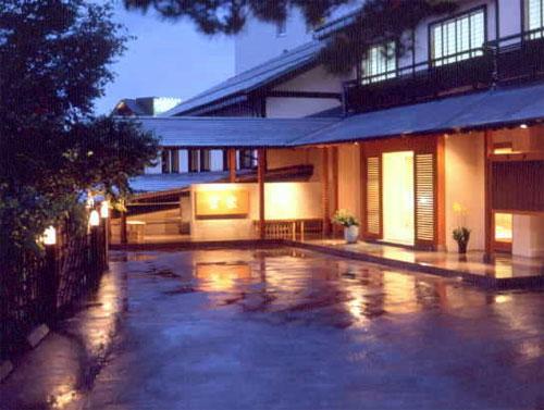 自然が楽しめる草津温泉で秋の味覚の料理が味わえる温泉宿を探しています。