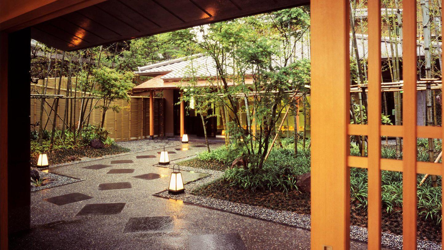 結婚記念日に妻と有馬温泉に行きます。オススメののんびり出来る高級旅館でを教えてください。