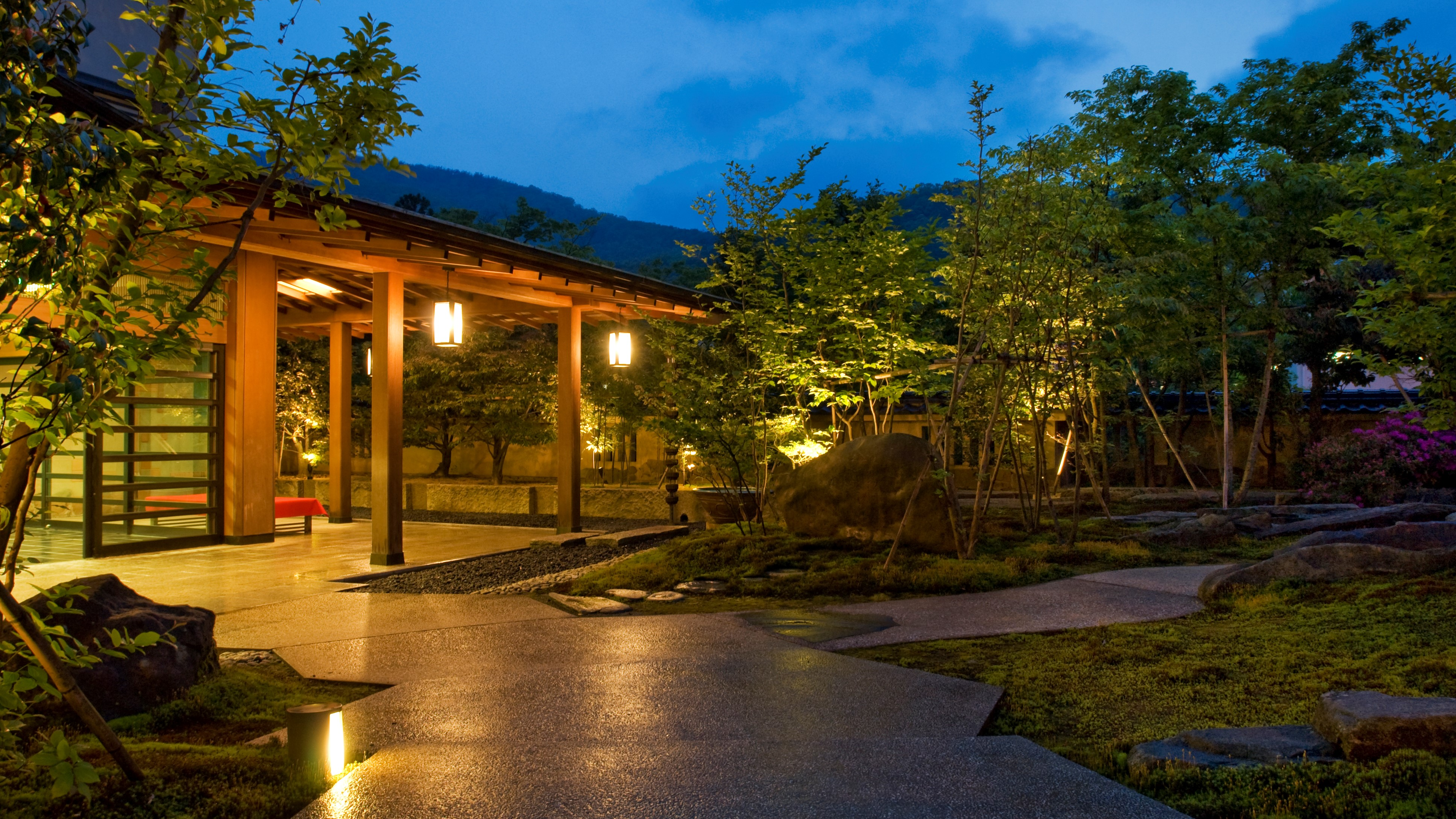 結婚記念日に夫婦で山中温泉の懐石料理が食べられる高級旅館に行くので、おすすめの旅館を教えて。
