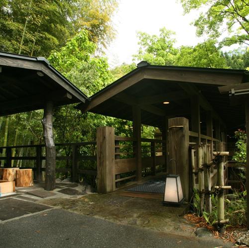 黒川温泉で紅葉を見ながら湯浴みが出来る露天風呂か内風呂がある宿を教えて下さい。