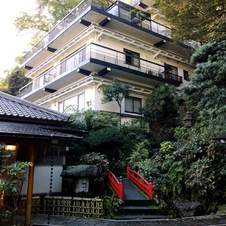 箱根温泉に父と男二人で旅行に行きます。露天風呂を満喫出来るオススメの宿を教えてください。