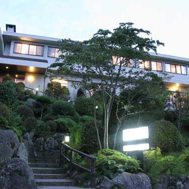 両親に箱根への温泉旅行をプレゼントしたい。夕食付きでひとり25,000円以内の温泉旅館をおしえて!