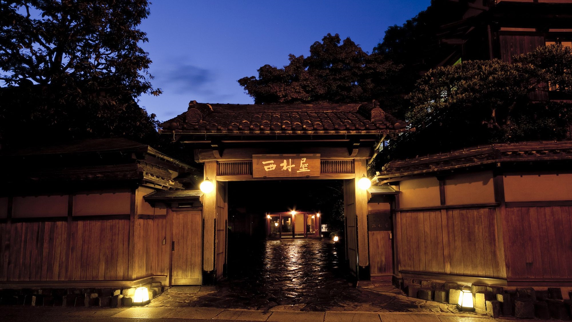 会社員の夫と城崎温泉に行きます。温泉が有名なおすすめの宿はありますか?