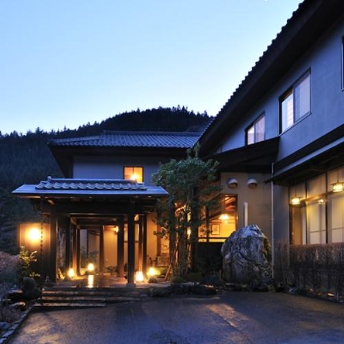 源泉かけ流しの温泉で、夕食が和食の四万温泉のおすすめ宿はどこ?