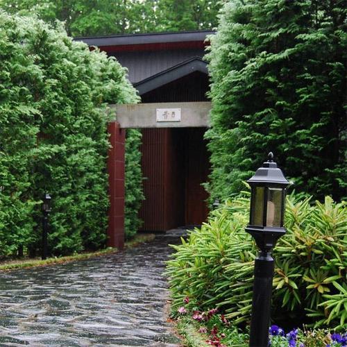 部屋から一歩も出ない温泉旅行におすすめの関東圏の宿を教えてください。