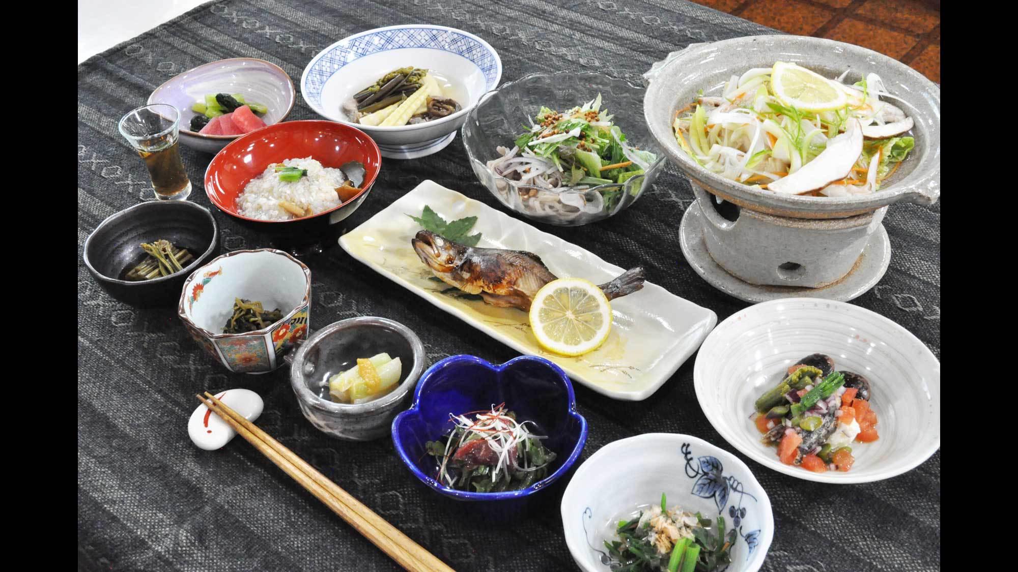【スタンダード】地元の山菜や高原野菜をふんだんに!手作りのおいしさを満喫♪(夕朝食付)