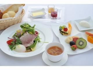 【1泊スペシャル朝食付】地元野菜を中心に骨付きハムのスライスや季節のフルーツでスペシャルな朝食を!