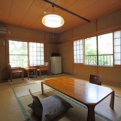 新緑の山側 のんびり寛ぐ和室10畳(2階)