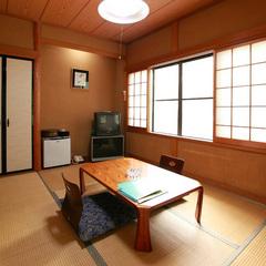 新緑の山側 和室6畳(2階)