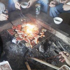 【ご夕食は囲炉裏の炭火で『まほろば山海焼き』】縄文時代の生活を体験!