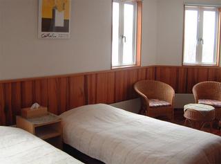 洋室B 花梨の床、赤松の腰壁など無垢材のハーモニー