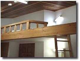 洋室AロフトBed付き 花梨の床、赤松の腰壁、杉の天井で清潔