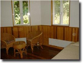 洋室A 花梨の床、赤松の腰壁、杉の天井など無垢材のハーモニー