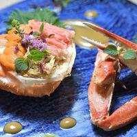 【8・9月限定】≪料理長の旬一皿≫甘い雲丹とズワイ蟹、酢飯の甲羅盛りを蟹みそソースとともに愉しむ