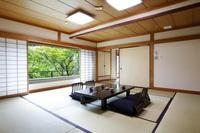 【池の棟】庭園側・二間大部屋客室(例:和室10畳+12畳)