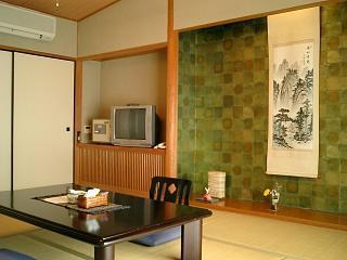 本館2階 和室8畳 ※冷暖房・テレビ・空の冷蔵庫・トイレ完備