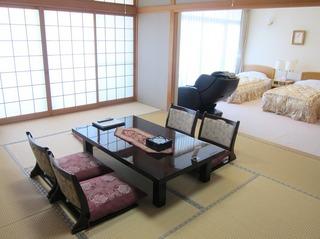 和室12畳とベッドルームからなる最上階の和洋室