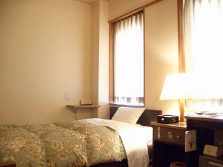 旅館でもベッドでお休み下さい。シングルルーム
