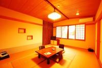 窓から赤い観音橋が望める◇本館:和室8〜10畳