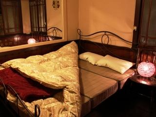 レトロな洋室のダブルベッドでご一緒にお休み(洋室、現金特価)