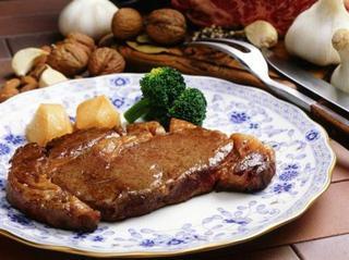 【家族同室】伊豆牛プラン 伊豆牛のステーキと地魚中心のお刺身盛り合わせがメインです。