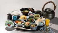 【朝食付】華やかな小鉢が並ぶ和朝食。昭和モダンな館内で優雅な朝の時間