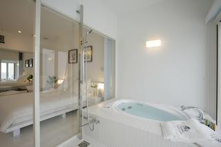 ジャグジー付きバスルームが魅力の純白のゲストルーム