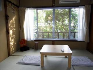 中庭に面した昭和の雰囲気の和室です。