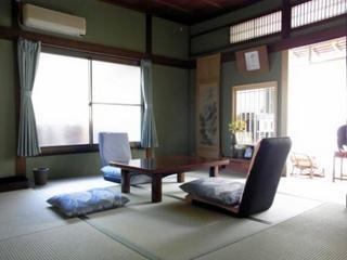 広縁のある落ち着いた和室