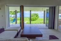 沖縄の夏を満喫!1泊〜OK優雅に過ごす!静かな風を感じる広々ビーチ前コテージで海を満喫!