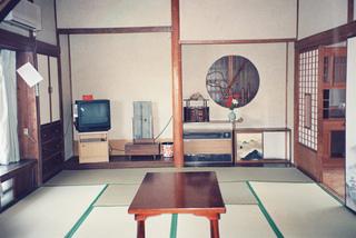 地獄蒸し炊事ができる本館の十畳のお部屋に板の間が付いた和室