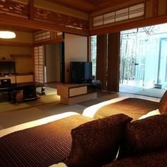 竹林に囲まれた露天風呂に臨む客室「HAMANASU」はまなす