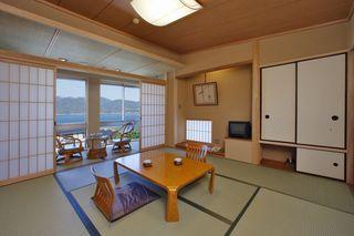 お部屋の一部(窓側)から海を望む和室8畳(禁煙)